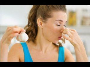 رائحة الثوم في الشعر كيف تزول